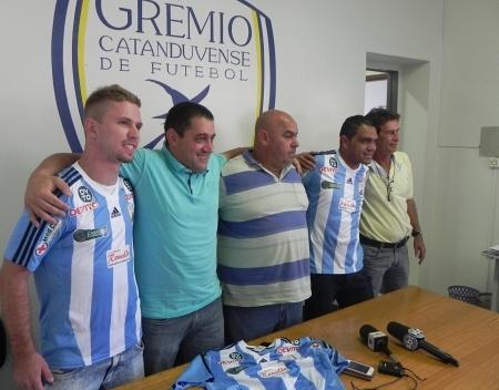Apresentação do volante Alemão e do atacante Leandro (Fonte: Divulgação / Catanduvense)
