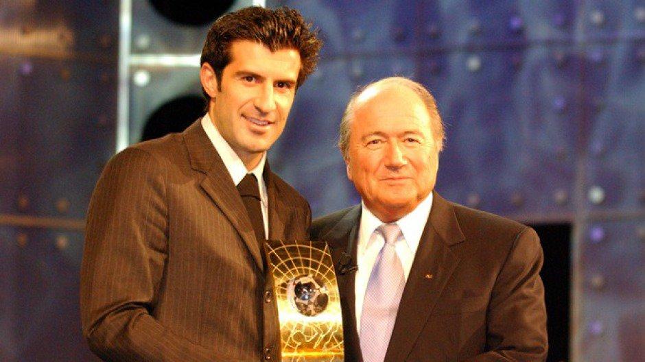 Figo e Blatter durante cerimônia da Bola de Ouro em 2001 (Foto: FIFA/Divulgação)