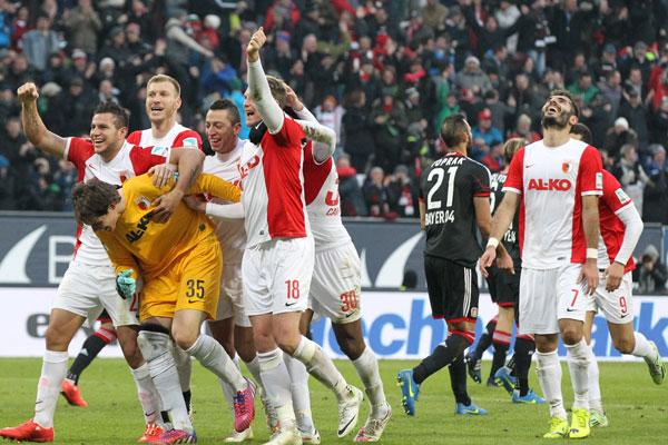 Jogadores do Augsburg comemoram com o goleiro Hitz (Foto:Divulgação/Augsburg)