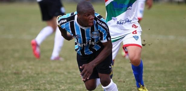 O meia Lincoln tem apenas 16 anos e já foi integrado aos profissionais do Grêmio (Foto: Rodrigo Fatturi/Grêmio/Divulgação)