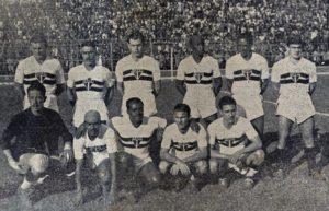 São Paulo no Pacaembu para a estreia de Lêonidas (agachado, terceiro da esq. para a direita)