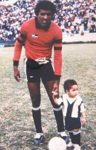 Guerrero, na época mascote do Alianza, posa com o tio, morto em desastre aéreo (Foto: Reprodução/Twitter)