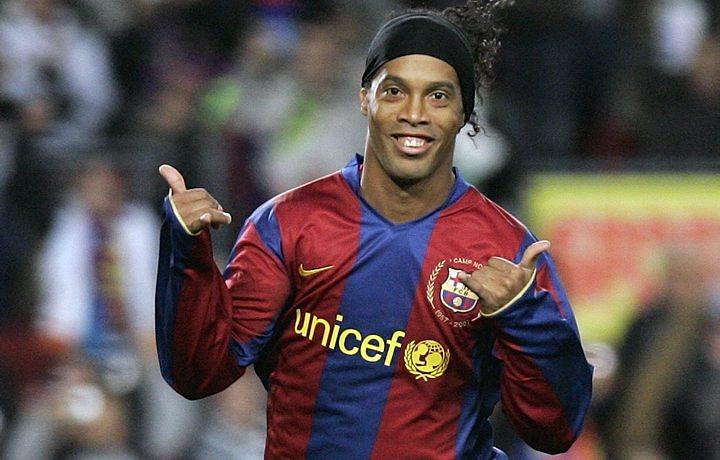 Provavelmente o maior ídolo brasileiro do Barça, Ronaldinho fez história no clube em meados dos anos 2000 (Foto: Reprodução)