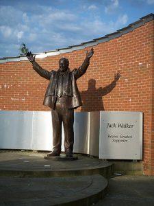 """""""O maior torcedor do Rovers"""", John Walker ganhou estátua ao lado do Ewood Park"""
