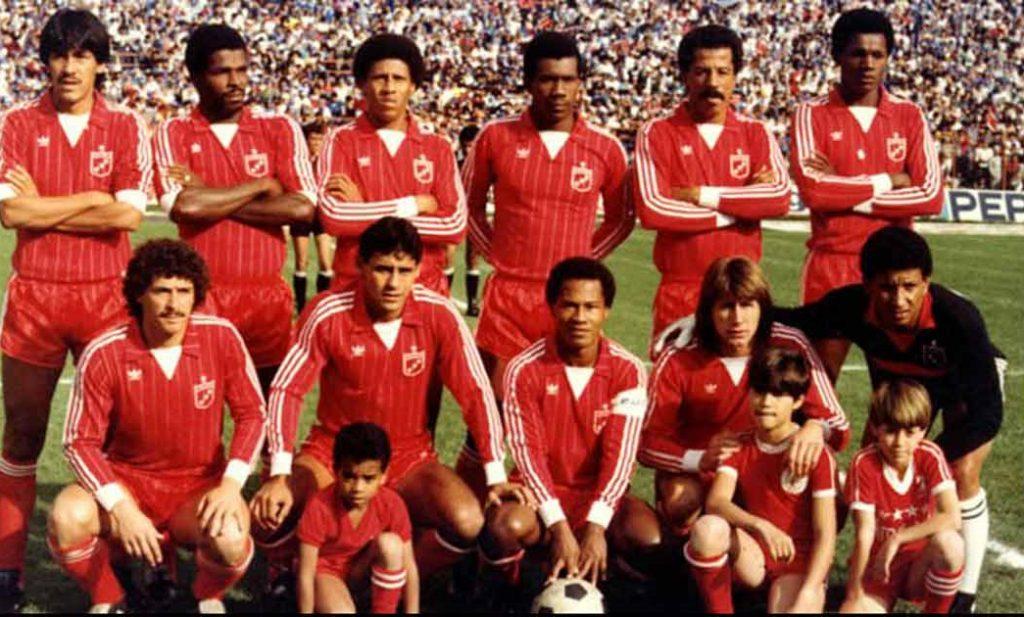 """Equipe do América em 1986; Clube possui apelido de """"escarlate"""" em função da cor de seu uniforme (Foto: Reprodução/El Tiempo)"""
