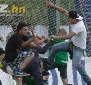 A briga em campo foi generalizada (Foto: Reprodução/diez.com)