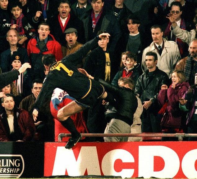 Imagem do golpe de Kung Fu de Cantona rodou o mundo (Foto: Reprodução/Twitter)