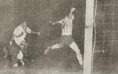 Lance do polêmico empate entre Paraguai e Peru (Foto: Reprodução/football-en.footforever)