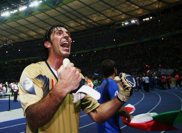 Buffon comemora o título em 2006. Mais um neste sábado? (Foto: Divulgação/FIFA)