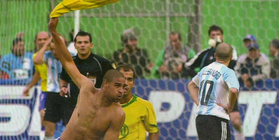 Adriano comemora o gol que escreveu seu nome na história da Copa América (Foto: Conmebol/Divulgação)