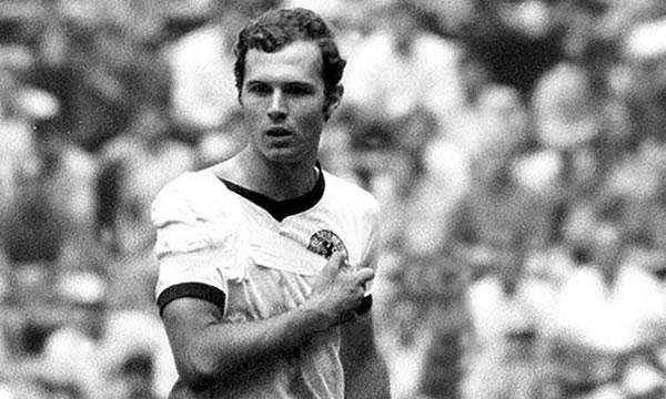 Beckenbauer atuou a maior parte do jogo com a clavícula deslocada (Foto: Divulgação/FIFA)