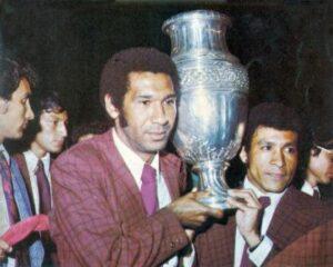 Meléndez segura a taça de campeão da América (Foto: Reprodução)
