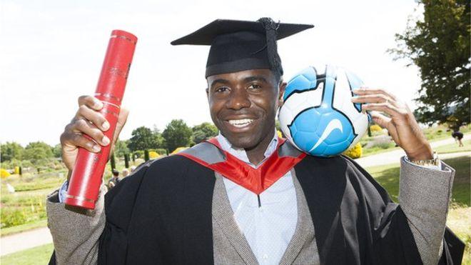 Muamba se graduou em jornalismo esportivo pela Universidade de Staffordshire (Foto: Reprodução/Twitter)