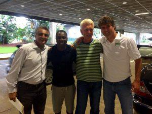 A chegada de Adu no aeroporto, sendo recepcionado pela diretoria e o técnico da nova equipe (Foto: Reprodução/twitter)