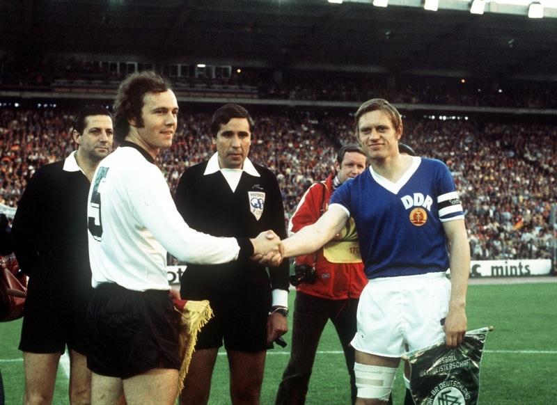Encontro entre os capitães Beckenbauer e Bransch (Foto: FIFA/Divulgação)