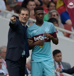Slaven Bilic, técnico do West Ham, passa instruções ao jogador (Foto: Reprodução)