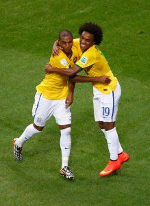 Com passagens pelo Shakhtar, Fernandinho e Willian defenderam o Brasil na Copa (Foto: FIFA)