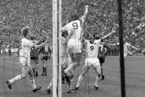 Hrubesch comemorando o gol da vitória sobre o Bayern de Munique (Foto: Reprodução/delt.de)