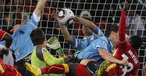 Suárez impediu que Adiyiah entrasse para a história (Foto: FIFA/Divulgação)