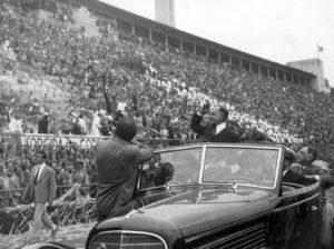 Getúlio Vargas desfila e acena para o público no Pacaembu (Foto: Reprodução/SP Curiosos)