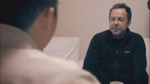 """Artista plástico brasileiro dirige e estrela o documentário """"Atrás da Bola"""" (Foto: Reprodução)"""