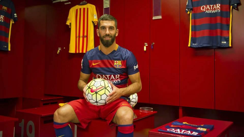 Turco tem a missão de substituir Xavi no Barça (Foto: Reprodução)