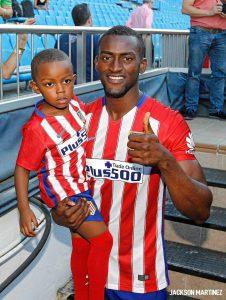 Centroavante levou o filho na apresentação em pleno Vicente Calderón (Foto: Reprodução)