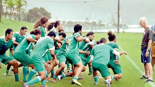 Samoanos fazem sua tradicional dança durante treino (Foto: Next Goal Wins/Divulgação)