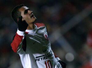 Cobranças de falta e chutes de fora da área eram as principais características dele no Flamengo (Foto: Reprodução)