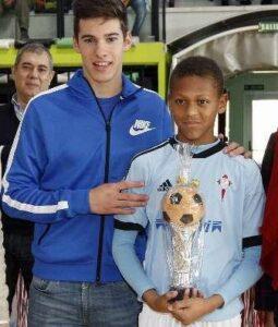 Ele ganhou alguns prêmios com o clube de origem (Foto: Reprodução/moiceleste.com)