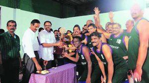 Inivalappil (no centro com uma mão na taça) celebra conquista no basquete (Foto: Reprodução)