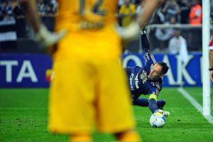 Cássio observa o goleiro rival defender a cobrança de Petros (Foto: Reprodução)