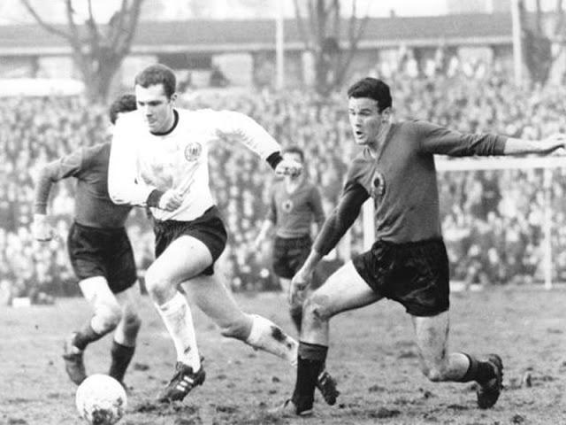 Beckenbauer tentou, em vão, levar a Alemanha à vitória contra os albaneses (Foto: Reprodução)