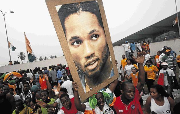 Drogba é reverenciado como uma divindade pelos marfinenses (Foto: Reprodução)