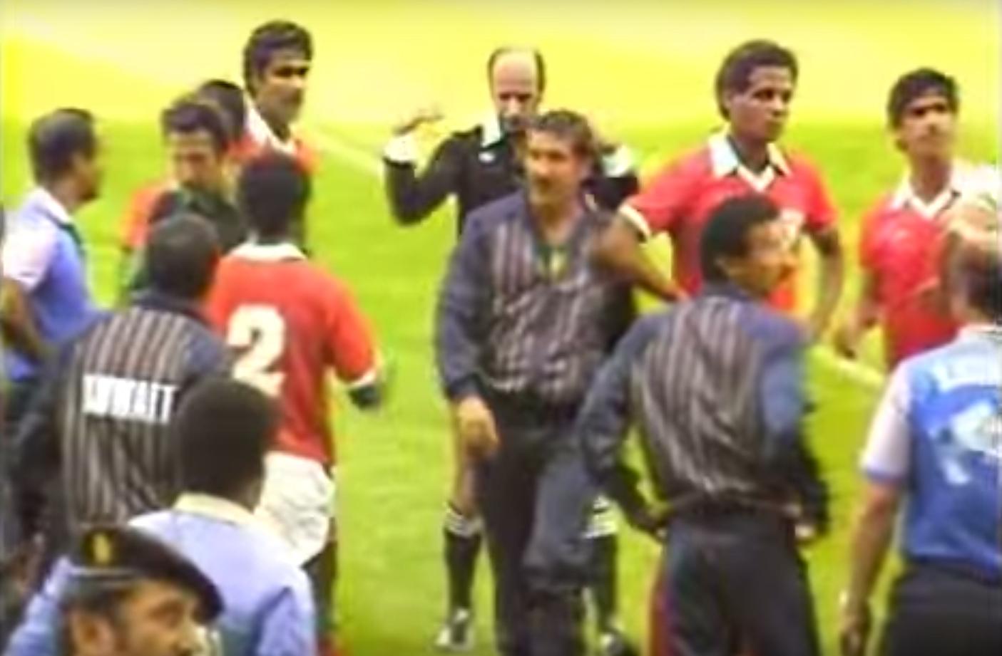 No centro da confusão está o futuro campeão mundial de 94, Carlos Alberto Parreira, então técnico do Kuwait (Foto: Reprodução)