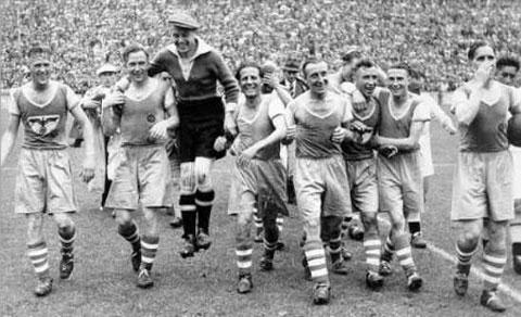 Schalke celebra um de seus títulos na década de 1930 (Foto: Reprodução)