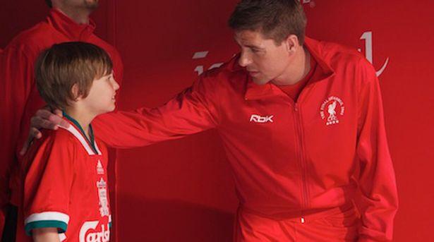 Will encontra com seu ídolo Steven Gerrard em cena do filme (Foto: Reprodução)