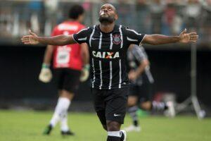 Comemorando seu primeiro gol com a camisa do Corinthians (Foto: Reprodução)