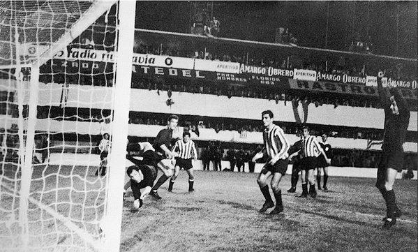 O gol anulado que o Manchester ainda reclama (Foto: Reprodução/Twitter)