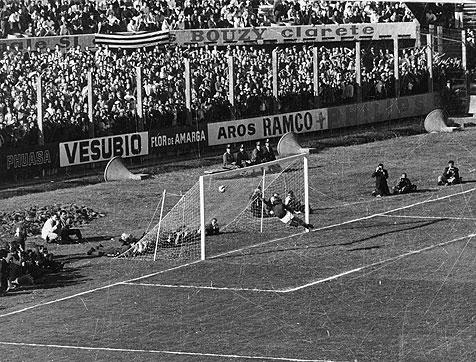 O golaço de Cárdenas definiu o título do Racing (Foto: Reprodução)