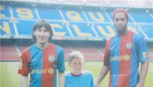 Arabidze posou pra foto com Messi e Ronaldinho Gaúcho. Segue a linha? (Foto: Reprodução/goal.ge)