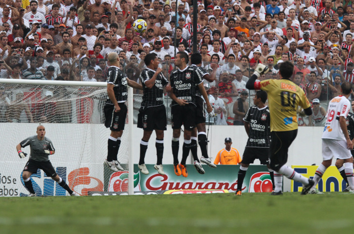 Rogério cobra falta que resultaria no centésimo gol (Foto:  LUIZ PIRES - Vipcomm)