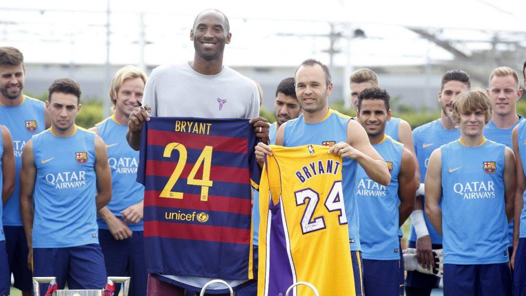 Kobe e Iniesta trocam camisas (Foto: Reprodução)