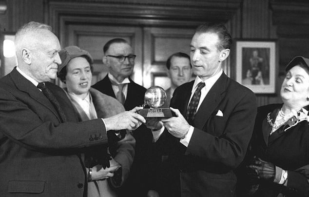 Stanley Matthews recebendo a Bola de Ouro de 1956 (Foto: Reprodução/L'Équipe)