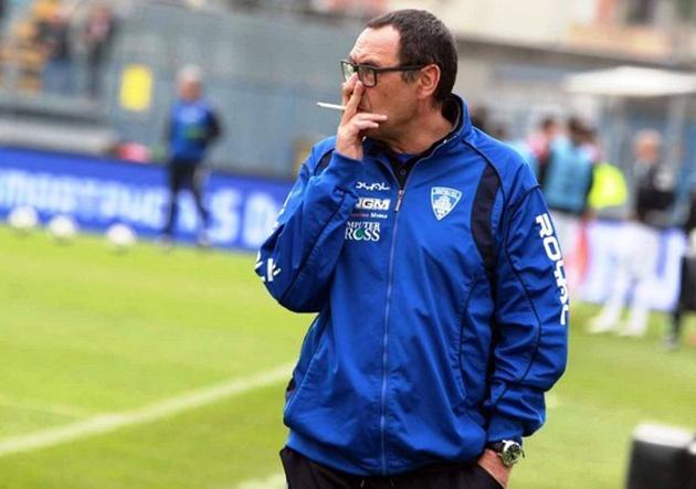Sarri não abandona seu vício nem mesmo no banco de reservas (Foto: Divulgação/Empoli)