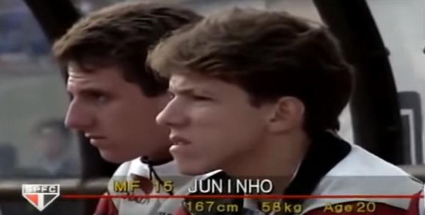 Você sabe quem é o jogador ao lado de Juninho? (Foto: Reprodução)
