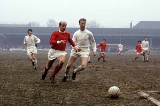 Bobby e Jack Charlton em ação por Manchester e Leeds, respectivamente (Foto: Reprodução)