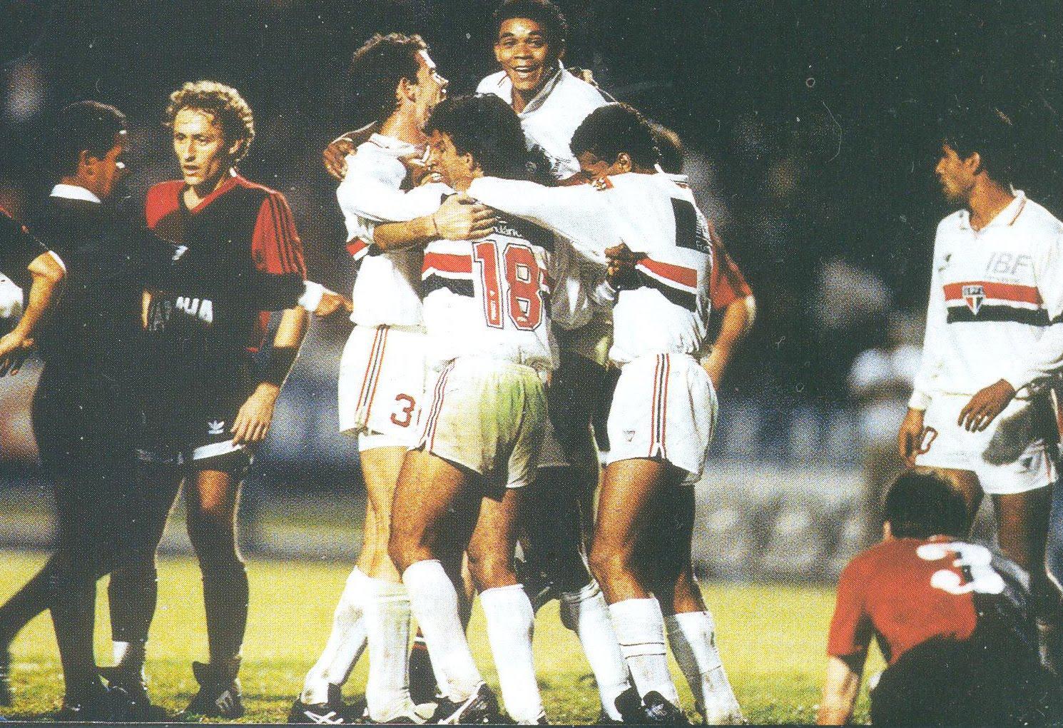 Jogadores comemoram marcação de pênalti para o Tricolor (Foto: Reprodução)