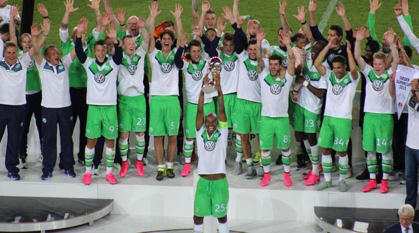 Brasileiro Naldo ergue a taça de campeão para o Wolfsburg (Reprodução / Facebook)