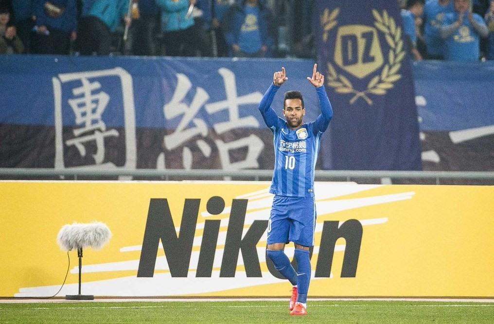Jogador vibra com um de seus gols marcados pelo Jiangsu (Foto: Reprodução)